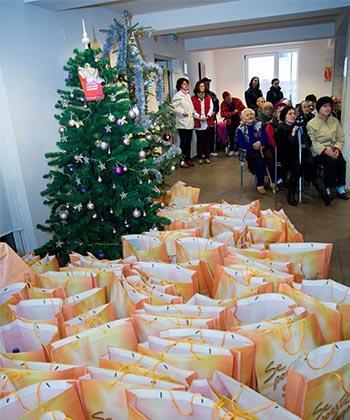 Brazi de Crăciun și sute de cadouri, dăruite de Iulius Group