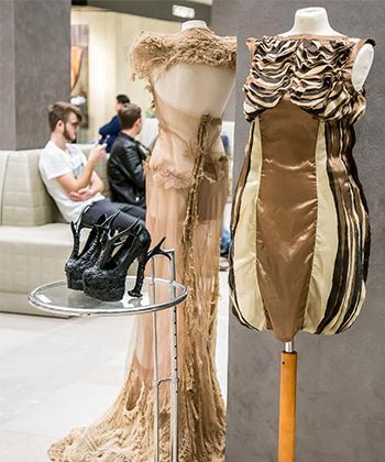 """Expoziţia de design vestimentar """"Sinestezie organică"""", a studenţilor de la Facultatea de Arte, la Iulius Mall"""