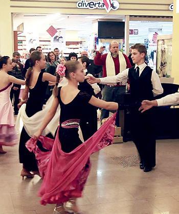 Flash-mob al soliştilor de la Opera Iaşi, la Iulius Mall