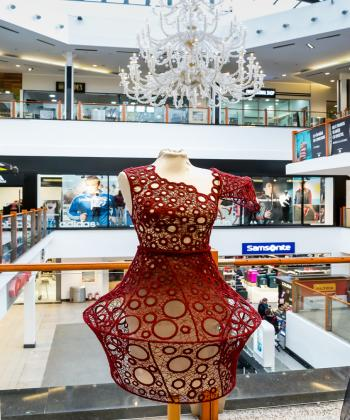 """Expoziţia de design vestimentar """"Eterogen"""", a studenţilor Universităţii de Arte, la Iulius Mall"""