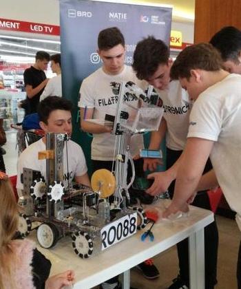 Competiție cu roboți creați de liceeni, la Iulius Mall Suceava