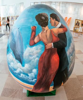 Replici ale unor picturi celebre, realizate de liceenii de la Arte, pot fi admirate pe ouă gigant, la Iulius Mall