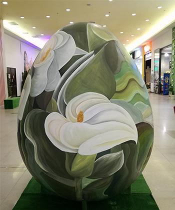Picturi celebre, reproduse de liceenii de la Arte pe ouă gigant, la Iulius Mall Suceava