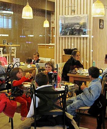 De Moş Nicolae, cei 34 de copii din Ghirolt s-au jucat în voie la Iulius Mall
