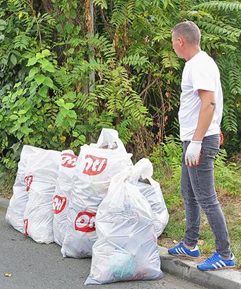 """35 de angajați ai companiilor din clădirile de birouri Openville și copiii lor au făcut curățenie de """"World Cleanup Day"""""""