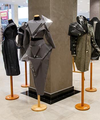 """Expoziţia de design vestimentar """"Geometrii Urbane"""", prezentată la Iulius Mall Iași"""