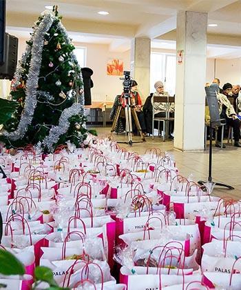Cadouri de crăciun pentru bătrâni şi copii, dăruite de Iulius